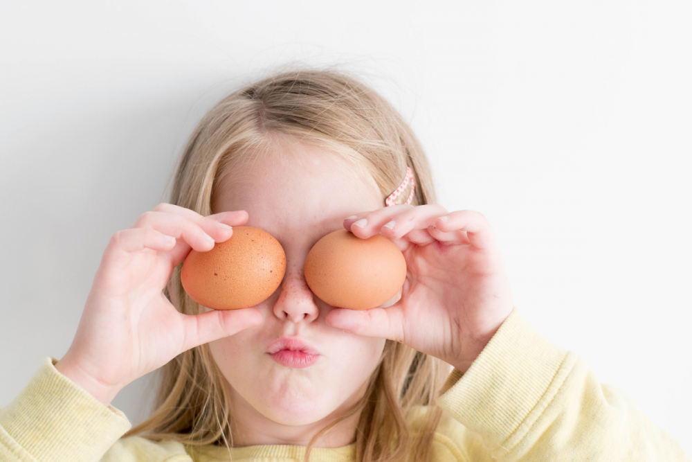 summer activities for kids girl with eggs
